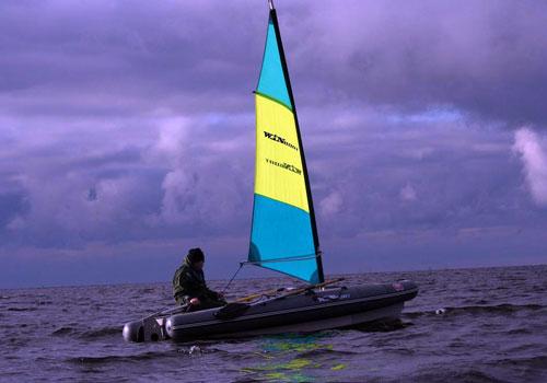 лодка под парусом идущая